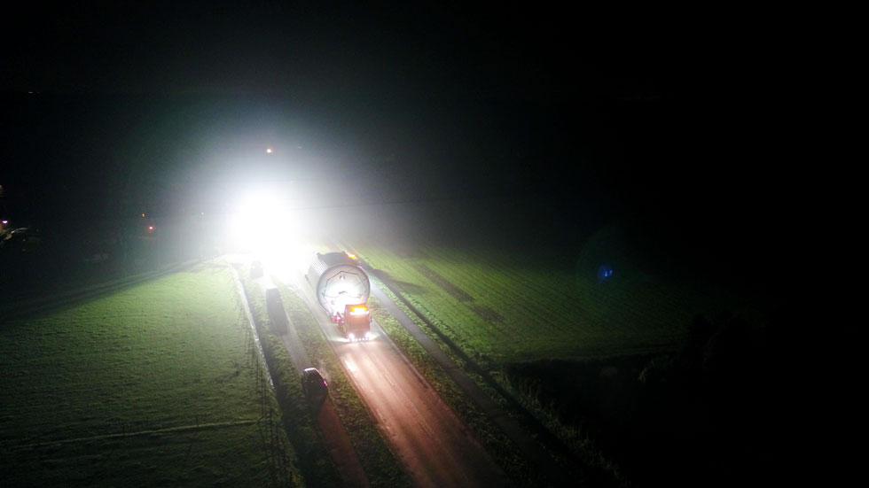 Lieferung über Land bei Nacht